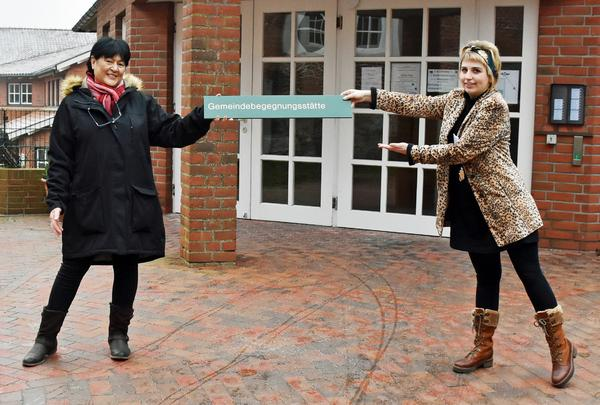 Symbolische Übergabe: Petra Könecke übergibt die Leitung der Gemeindebegegnungsstätte an ihre Nachfolgerin Justine Schmidt